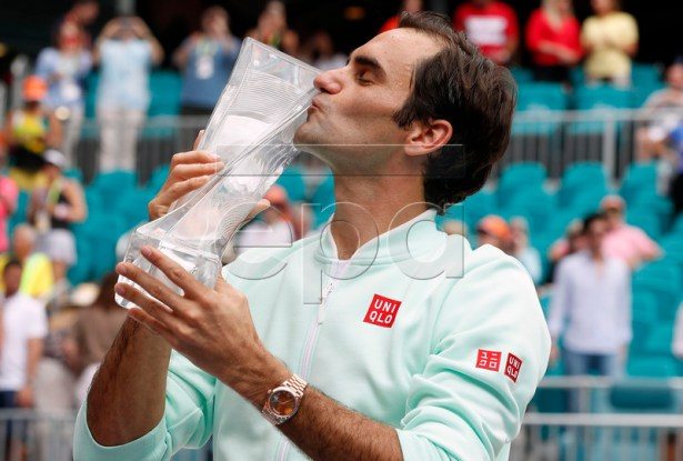 Roger Federer of Switzerland kisses his trophy after defeating John Isner of the US following their Men's finals match at the Miami Open tennis tournament in Miami, Florida, USA, 31 March 2019.  EPA-EFE/RHONA WISE