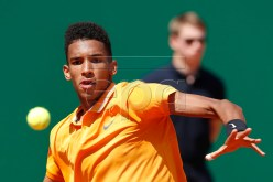 epa07511961 Felix Auger-Aliassime of Canada in action during his second round match against Alexander Zverev of Germany at the Monte-Carlo Rolex Masters tournament in Roquebrune Cap Martin, France, 17 April 2019.  EPA-EFE/SEBASTIEN NOGIER