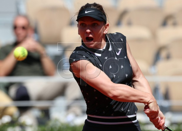 Simona Halep of Romania plays Lesia Tsurenko of Ukraine during their women?s third round match during the French Open tennis tournament at Roland Garros in Paris, France, 01 June 2019. EPA-EFE/SRDJAN SUKI