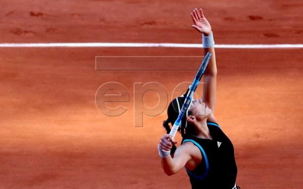 Garbine Muguruza of Spain plays Sloane Stephens of the USA during their women?s round of 16 match during the French Open tennis tournament at Roland Garros in Paris, France, 02 June 2019. EPA-EFE/SRDJAN SUKI