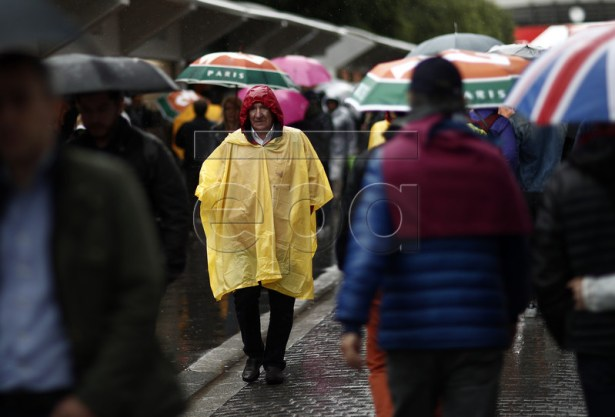 Spectators walk around at Roland Garros as no matches are played due to rain during the French Open tennis tournament in Paris, France, 05 June 2019. EPA-EFE/YOAN VALAT
