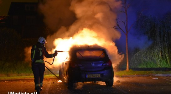 Auto en scooter verwoest door brand in Boskoop