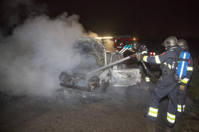 Auto volledig uitgebrand in Halfweg