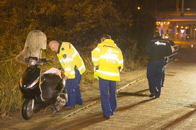 Scooterrijder ernstig gewond na botsing op bussluis in Hoofddorp