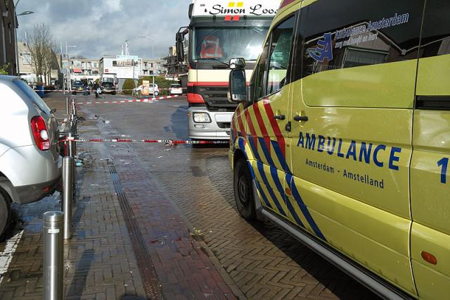Aalsmeer: Man met rollator komt onder vrachtwagen