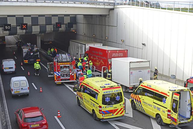 Abbenes: Zwaar gewonde bij ongeval met vrachtwagens op A4
