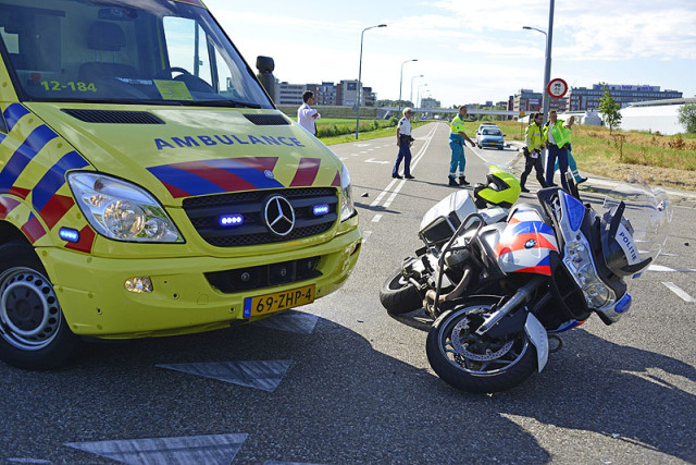 Rozenburg NH: Motorrijdster ernstig gewond na aanrijding
