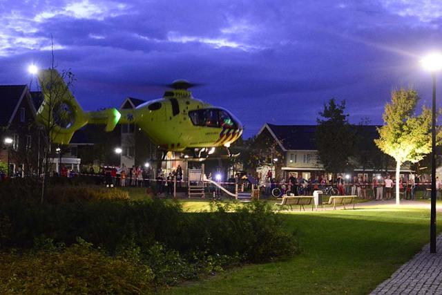 Hoofddorp: Buurt loopt uit voor helikopter in voortuin
