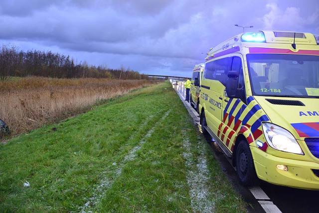 Hoofddorp: Auto komt in water langs Drie Merenweg terecht