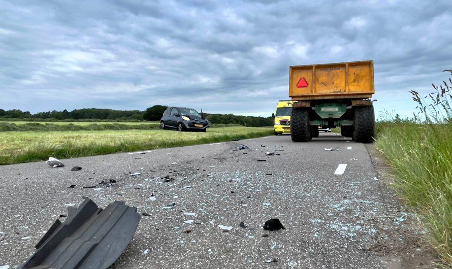 Auto total los na aanrijding met trekker in Fleringen; Een persoon gewond naar het ziekenhuis
