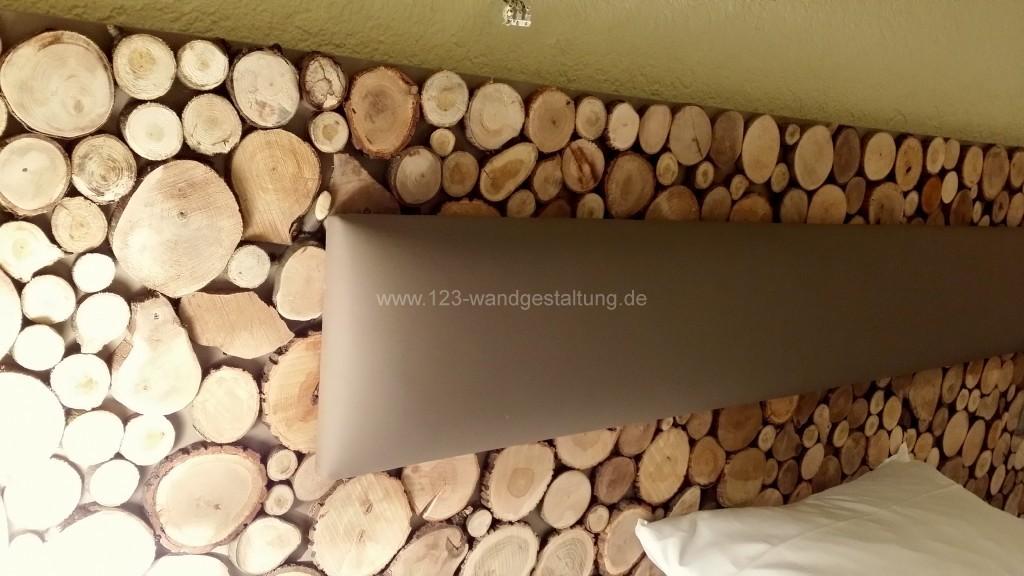 Baumscheiben als Wandgestaltung einer Bettrckwand