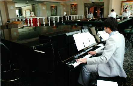 Where Winston Churchill stayed and dined, Jason Novack at the piano for a wedding celebration of Carole Kent Taran and Robert Lee at the historic Surf Club.