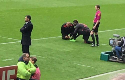 Balotelli rate son début du match car qu'il ne sait pas faire ses lacets !