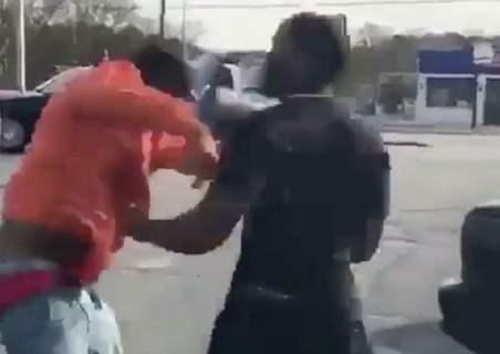 Il va faire payer au ami de son ex le fait d'avoir frapper ses gamins (Vidéo)