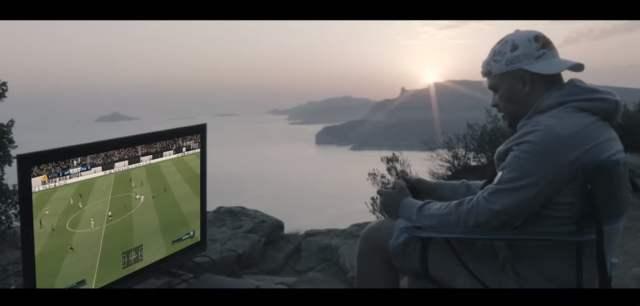 Jul joue à FIFA posé au bord d'une falaise dans son nouveau clip : Sakani