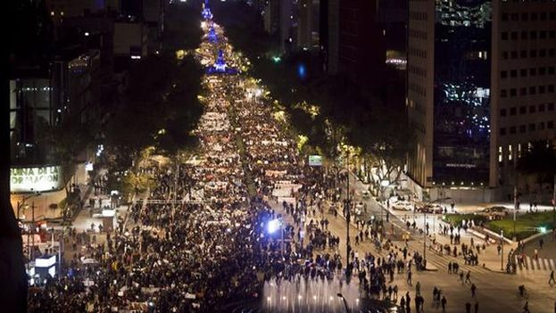 Movilización en el DF para los 43 desaparecidos. (Twitter de Juan Manuel Karg)