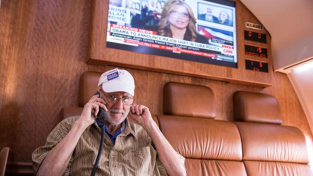 Alan Gross en su vuelo de regreso a EE UU tras ser liberado en diciembre pasado. (CC)