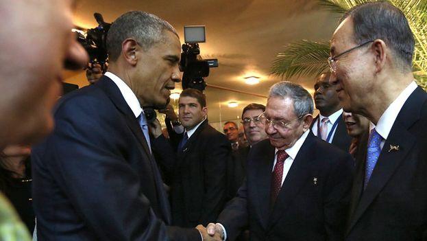 Barack Obama y Raúl Castro se dan la mano en la inauguración de la Cumbre de las Américas