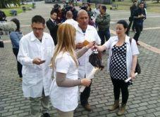 Médicos cubanos en Bogotá. La doctora de la derecha tiene 27 semanas de embarazo y no quiere dar a luz en Colombia, como le sucedió a una compatriota hace unas semanas. (Dened Vega para 14ymedio)