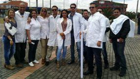 Médicos cubanos este sábado en la manifestación en Bogotá por un visado a EE UU. En el centro, nuestra entrevistada, Dened. (Dened Vega)