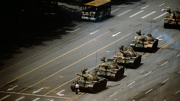 El hombre del tanque se hizo internacionalmente conocido al ser captado de pie ante una columna de tanques en la revuelta de Tiananmen (1989)