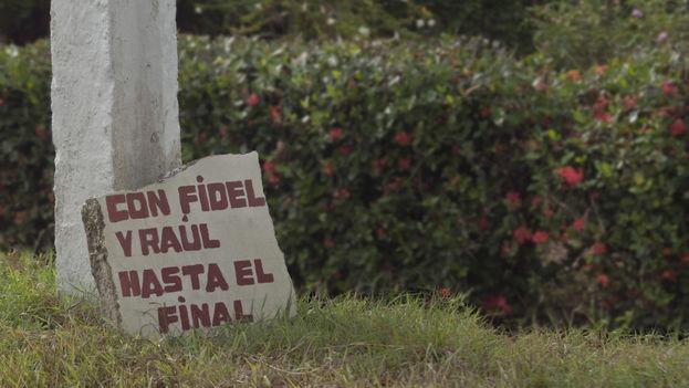 Pintada en apoyo a Fidel y Raúl Castro. (14ymedio)