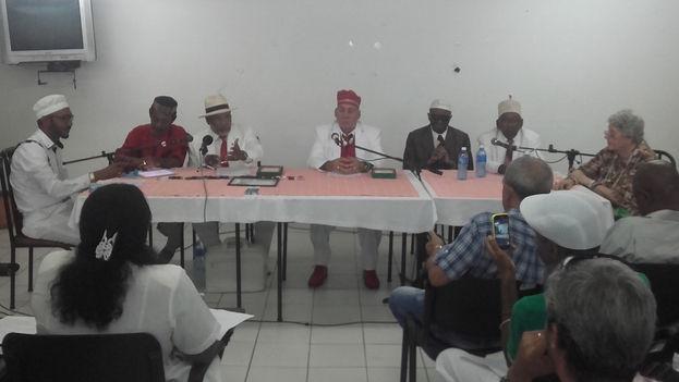 Representantes de la Comisión Organizadora de la Letra del Año Miguel Febles Padrón y la Sociedad Cultural Yoruba. (Manuel Cuesta Morúa/14ymedio)