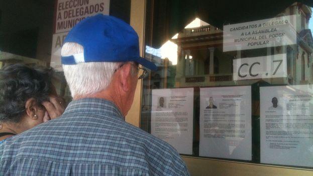 Los electores leen la biografía de Hildebrando Chaviano y los otros candidatos (14ymedio)