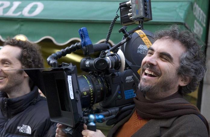Fig. 2: Cuarón under optagelserne til Children Of Men. Instruktøren førte selv det håndbårne kamera i de vilde optagelser.