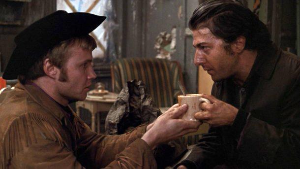 """Fig. 10: Joe Buck og Rizzo – """"the odd couple"""" i Midnight Cowboy. Rizzos kommentar om, at Joes cowboyantræk da kun appellerer til bøsser, får et komisk ekko i Dallas Buyers Club, hvor flere bøsser i cowboyoutfit fejlagtigt antager at Ron også er en """"westernbøsse""""."""