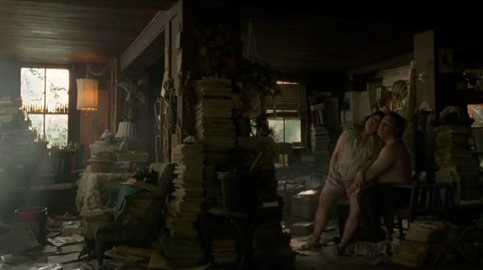 Fig 9: Errol ophidses af søsterens historie om morfarens overgreb. Det umådeligt beskidte og rodede hjem, fungerer som en metafor for Errols forkvaklede sind. Samtidig er deres hjem det mest ekstreme eksempel – blandt mange i serien – på hvordan hele Lake Charles-området fremstilles som en ruin.