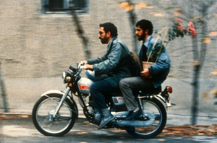 Fig. 7. Mohsen Makhmalbaf på knallert i Abbas Kiarostamis Close-Up, 1990.
