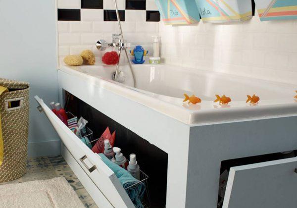 un tablier de baignoire avec rangements