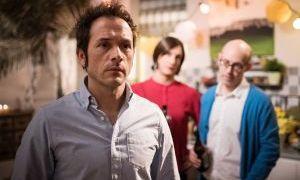 Alex (Joris Gratwohl) steht unter Druck: Als Sunny (Martin Walde, m.) und Philipp (Philipp Neubauer, r.) ihn mit dem Verdacht konfrontieren, dass Angelina ihn erpresst, schweigt er verdächtig.