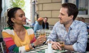 Als Iris (Sarah Masuch) im 'Akropolis' den smarten Kevin Riedel (Christian Wunderlich) kennenlernt, blüht sie auf. Zwischen den beiden beginnt es zu knistern.
