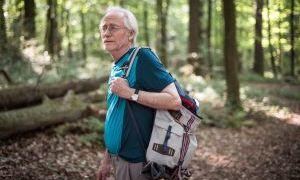 Hans (Joachim Luger) begibt sich mal wieder in den Wald, um laufen zu gehen. Schließlich will er fit für den Jakobsweg sein!