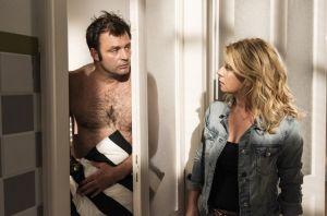 Überraschung auf beiden Seiten: Als Nina (Jacqueline Svilarov) nach Hause kommt, trifft sie Roland (Axel Holst) in einer pikanten Situation an. Und auch er weiß nicht, was er sagen soll.