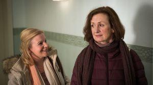 Anna (Irene Fischer, r) unter Druck: Das nächste Probecoaching steht an, dabei spürt sie, dass sie eigentlich gar keine Kraft dazu hat. Andrea Neumann (Beatrice Kaps-Zurmahr) ist hoch motiviert.