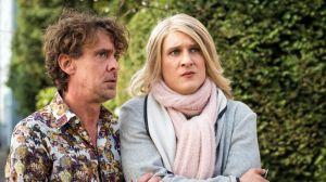 Sunny (Martin Walde, r.) leidet: Seit einer Woche haben sie und Tanja nicht miteinander gesprochen. Sunny versucht, sie vor dem Friseursalon zu treffen. Aber da ist sie nicht, sagt Lotti (Gunnar Solka).