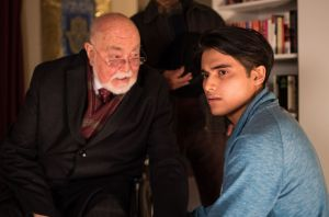 Jamal (Aaron Rufer, r.) ist ziemlich genervt. Dr. Dressler (Ludwig Haas) hat zufällig mitbekommen, dass Jamal sich für eine Prüfung vorbereiten muss. Prompt bietet er ihm seine Hilfe an.