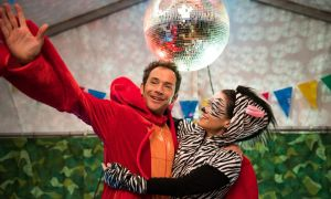 Alex (Joris Gratwohl) blüht bei dem von ihm organisierten Fundraising-Faschingsfest in der Kita auf. Ob er Barbara (Leni Speidel) auf diese Weise gewinnen kann, einen Kitaplatz für Elias zu bekommen?