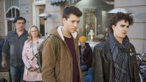 Nach der Ohrfeige von letzter Woche geht Paul (Ole Engel, l.) seinen Eltern aus dem Weg. Nicht nur das: Anstatt in die Schule zu gehen, trifft er sich lieber mit seinem Freund Mika (Lasse Möbus, r.). Lisa (Sontje Peplow) und Murat (Erkan Gündüz) sind entsetzt.
