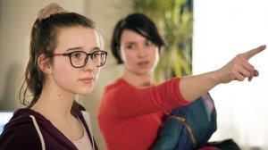 Angelinas (Daniela Bette, r.) Nerven liegen blank. Sie hat genug davon, dass Antonia (Katharina Witza), Nicos Schwester, wie die Made im Speck bei ihr lebt. Kurzerhand schmeißt sie sie raus.