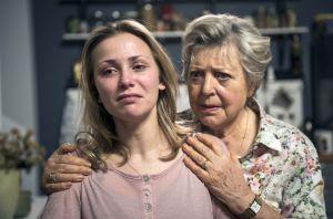 Schock für Helga (Marie-Luise Marjan, r.): Als sie ihre Enkelin Lea (Anna-Sophia Claus) in einem ziemlich verstörten Zustand antrifft, erfährt sie von deren erschütternden Diagnose.