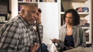 Iris (Sarah Masuch) steht unter Druck: Der plötzliche Tod ihrer Mutter beschäftigt sie noch immer sehr. Ihr Vater William (Ron Williams) dagegen verbirgt seine Trauer hinter schlechter Laune. Wie soll es nun weitergehen?