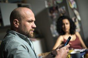 Obwohl Klaus (Moritz A. Sachs) und seine Frau Neyla (Dunja Dogmani) von Rechten bedroht wird, lässt er die Demo stattfinden. Als Nina ihm eine wichtige Info zukommen lässt, ist er irritiert.