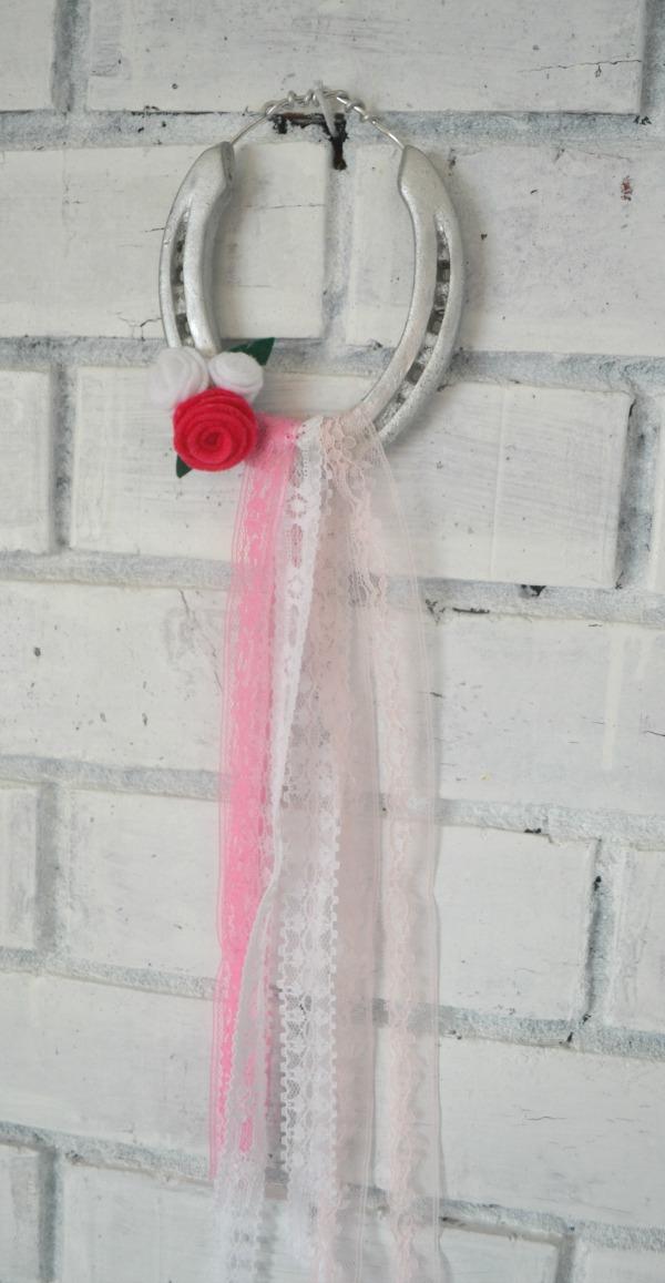 Shabby chic horseshoe hanging decor