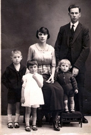 Family portrait of Jewish immigrants from Eastern Europe (specifically Belarus and Latvia) settling in Glasgow, UK.