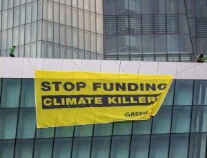 Greenpeace üyeleri, Avrupa Merkez Bankası'nın çatısına paraşütle indi