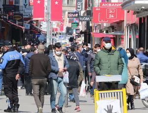 Samsun'un caddelerinde dikkat çeken kalabalık